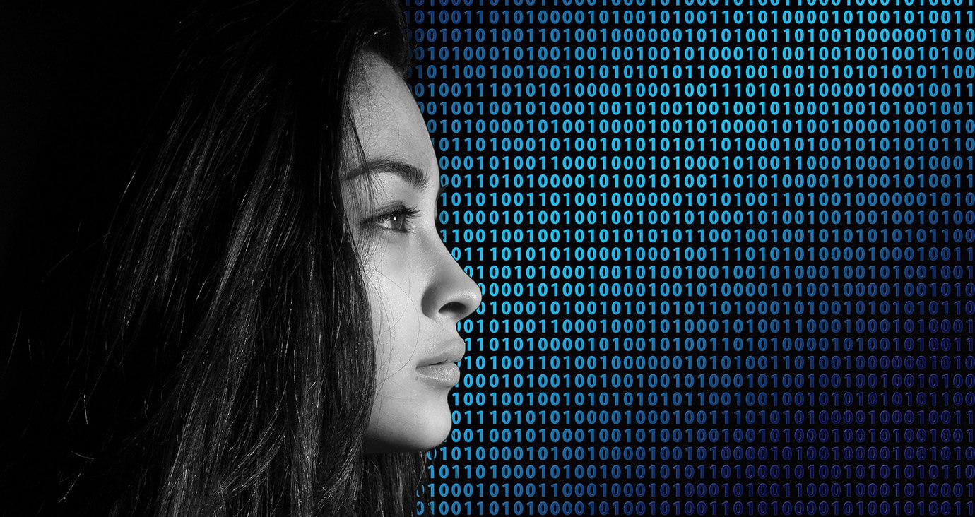 Frau im Profil vor Zahlenkolonne aus 0 und 1