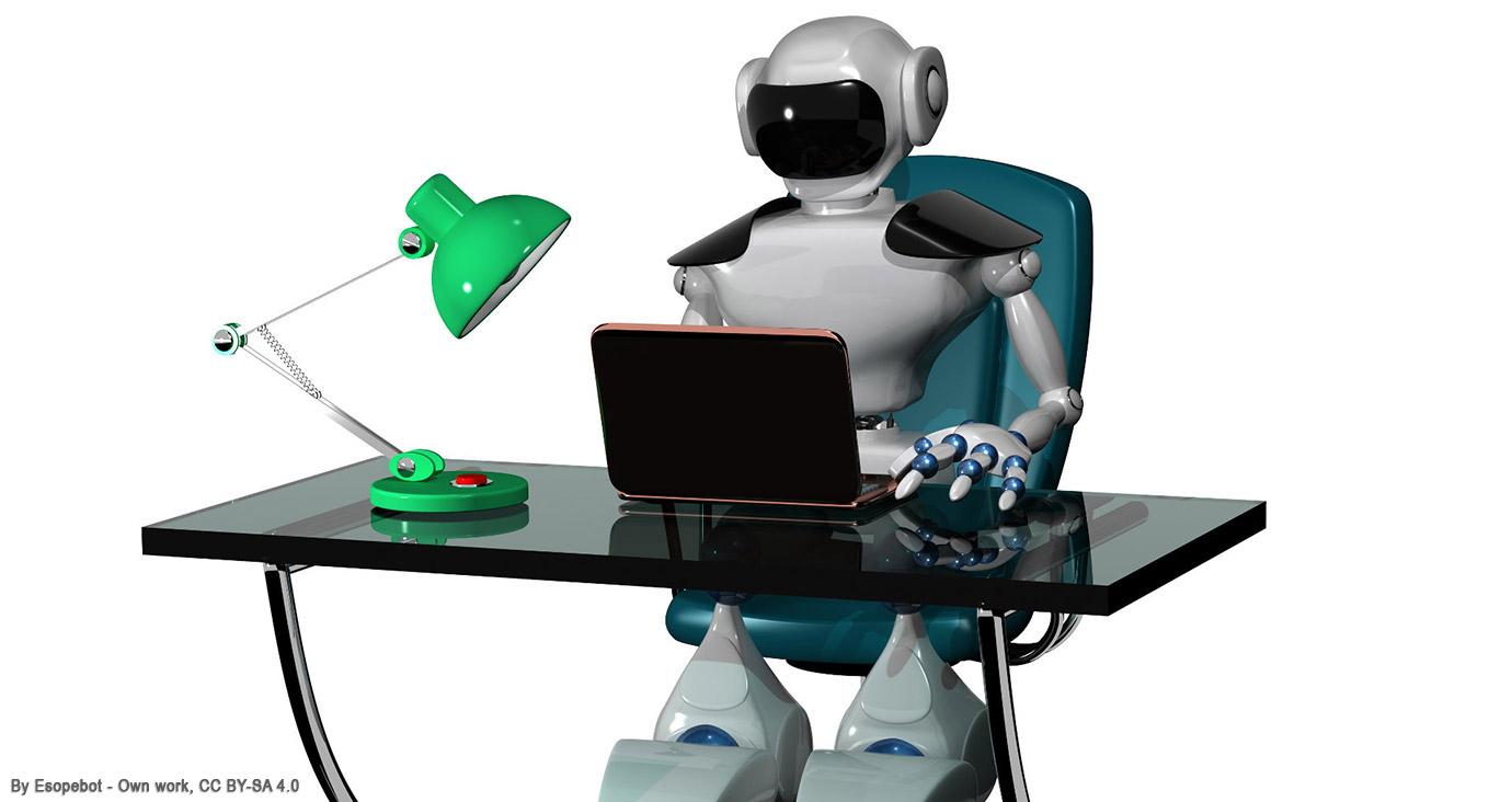 Roboter mit Laptop sitzt am Schreibtisch