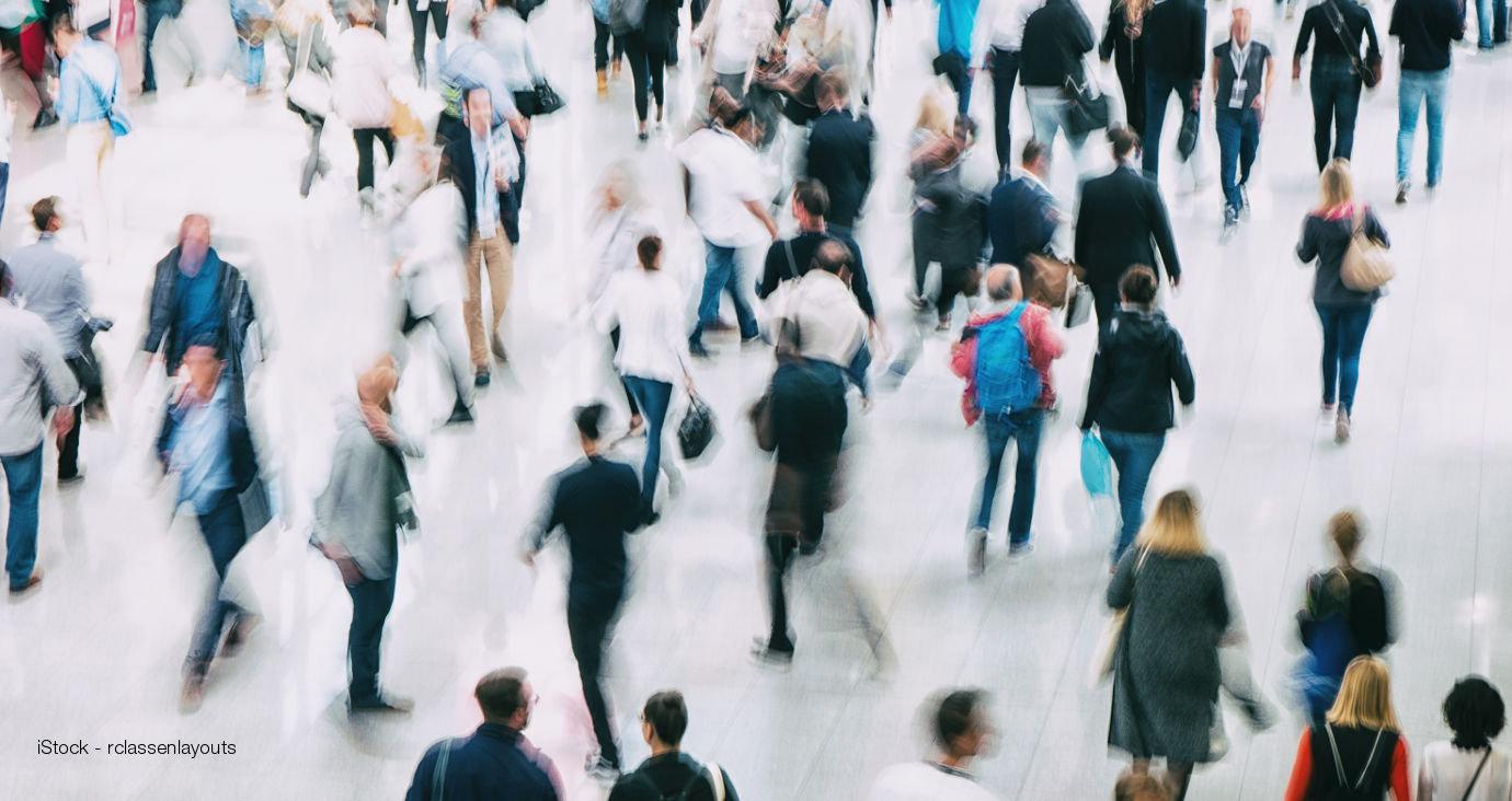 Menschen auf einem öffentlichen Platz gehen in alle Richtungen.