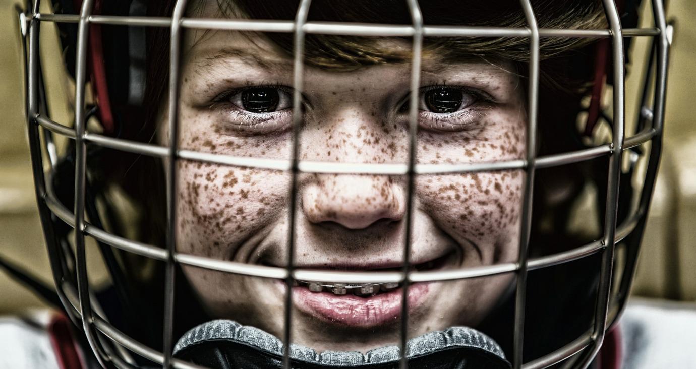 Eishockey spielender Junge mit Helm