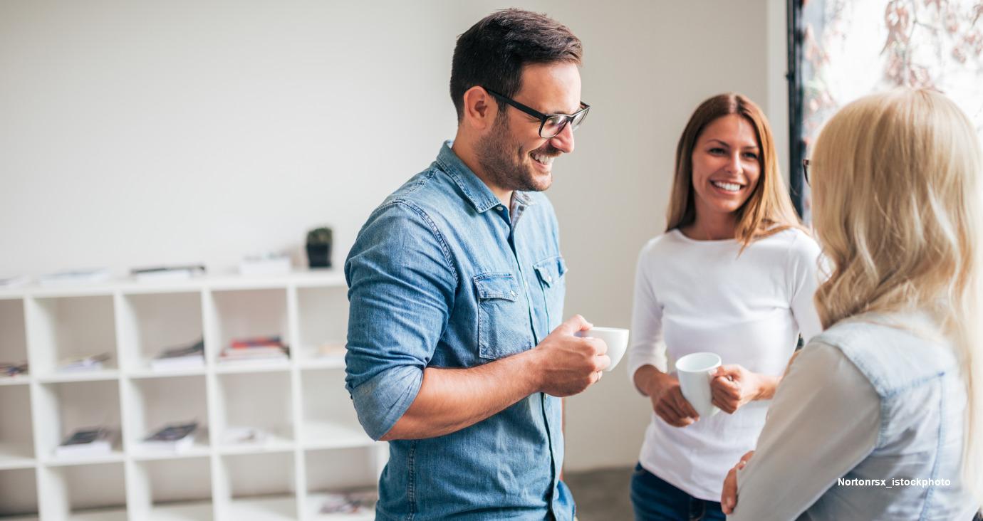 2 Frauen und 1 Mann in der Kaffeepause im Büro