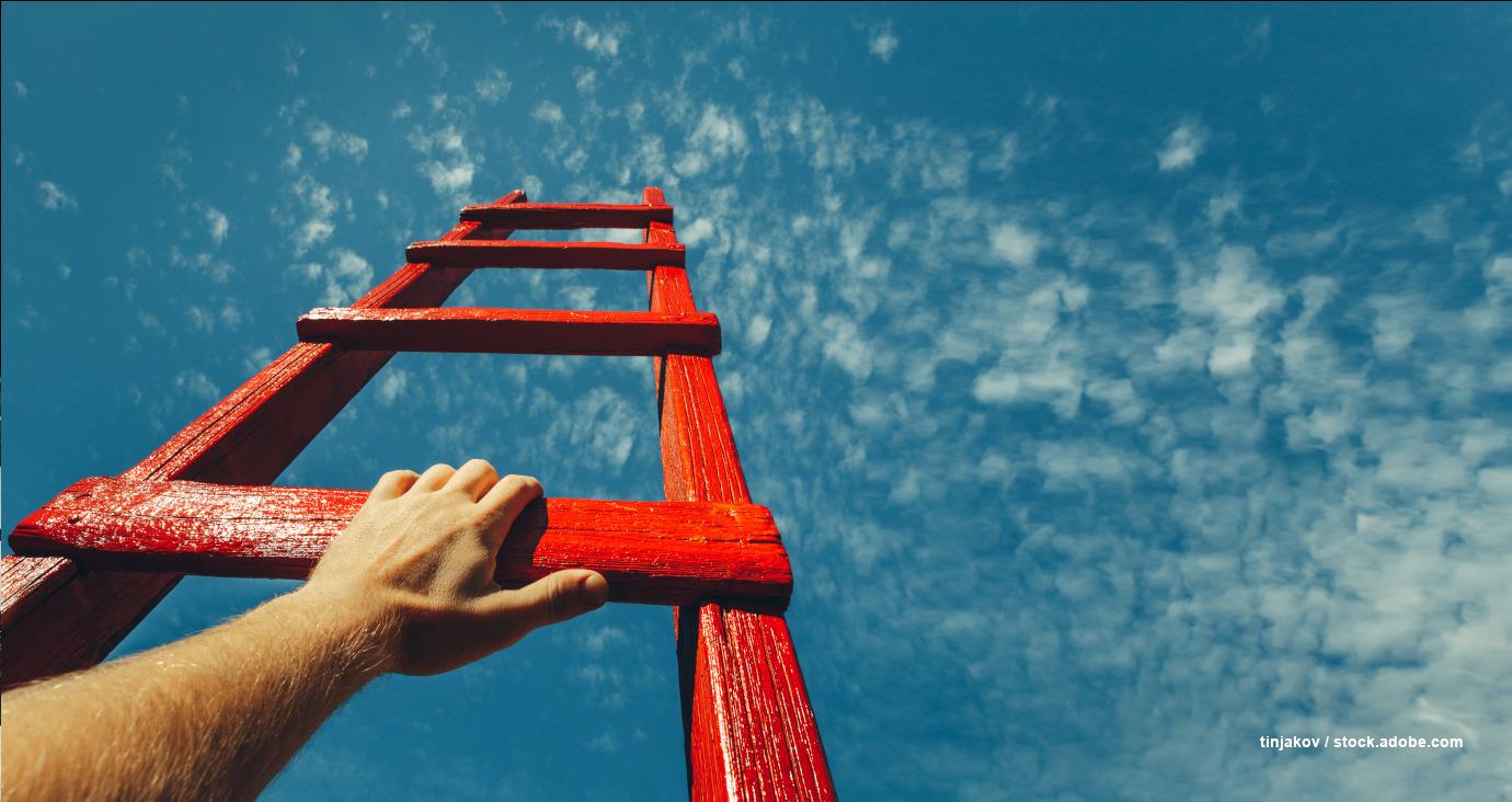 Hand hält rote Leiter, die in den Himmel ragt